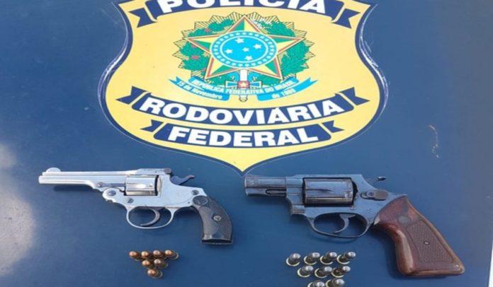 Armas e munições apreendidas em fiscalização da PRF em rodovia em Vitória da Conquista