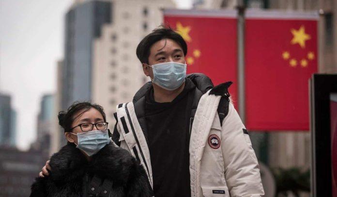 Pessoas usando máscaras durante a pandemia de Covid-19 na China