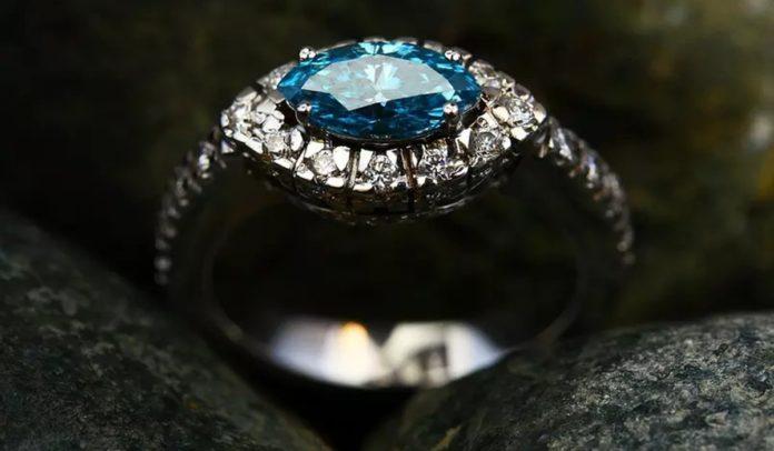 Anel com diamante