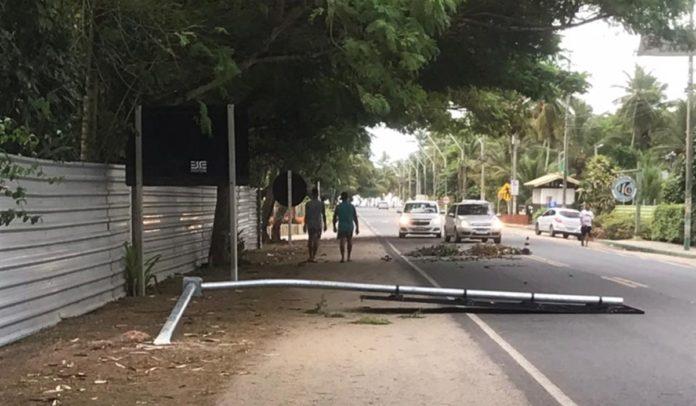 Placa caída no meio da rua na orla norte de Porto Seguro