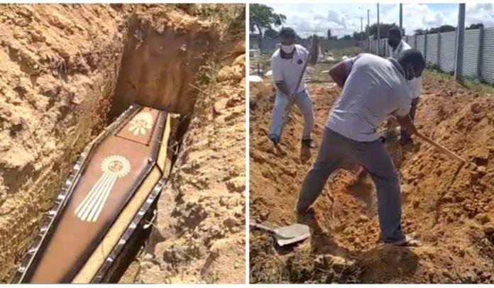 Família enterrando parente durante greve de coveiros em Porto Seguro