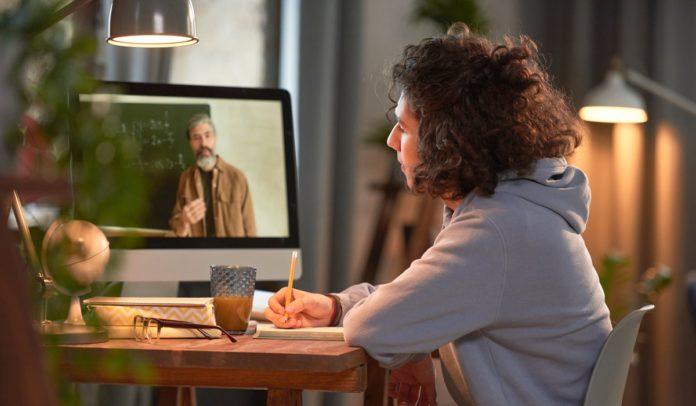 Estudante em aula online