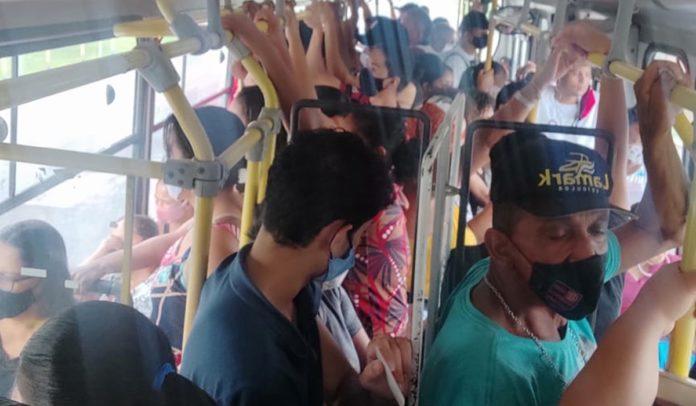 Aglomeração em ônibus de Porto Seguro