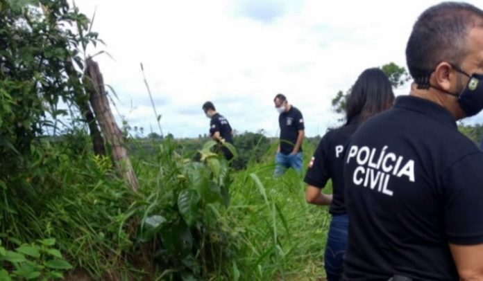 Polícia em matagal em Porto Seguro onde corpo foi encontrado