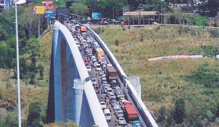 Paraguaios cruzam fronteira para comprar no Brasil