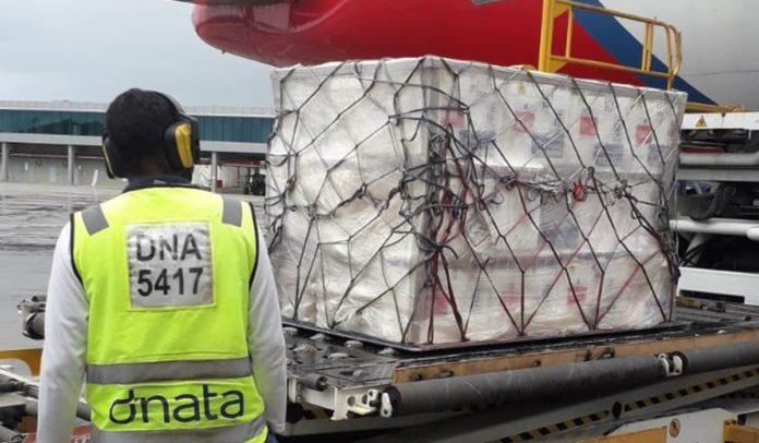 Lotes com 396 mil doses da vacina contra a Covid-19 chegando ao aeroporto de Salvador