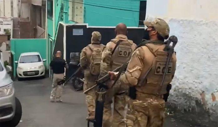 Operação que cumpre mandados contra suspeitos de envolvimento na morte de tio e sobrinho em Salvador