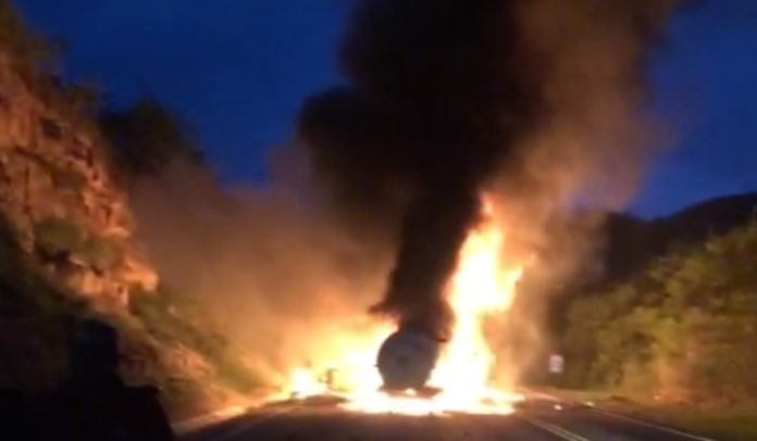 Veículos pegando fogo após acidente na BR-116 em Jaguaquara