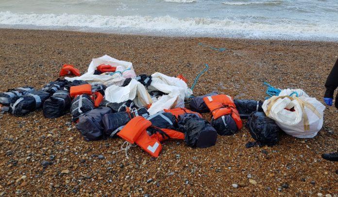 Mochilas com cocaína são encontradas em diversas praias do mundo no último mês