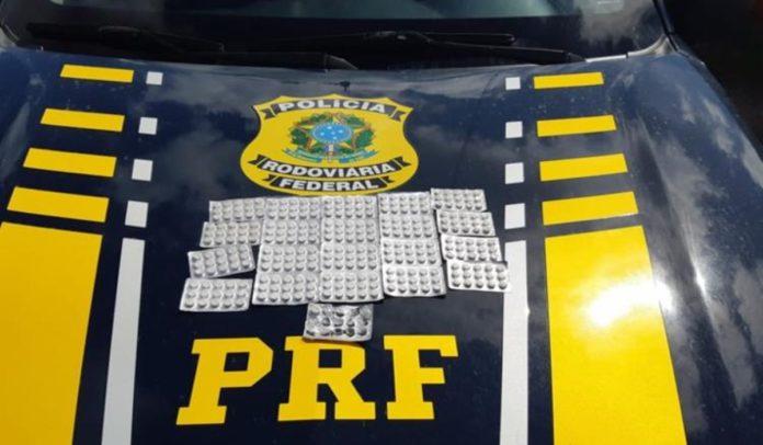 PRF prende falso ambulante com comprimidos de anfetamina dentro da cueca