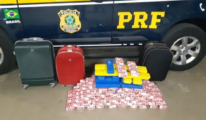 Jovem é presa por transportar mais de 60 kg de drogas dentro de ônibus na BR-116