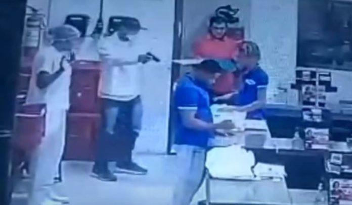 Vídeo: Assaltantes roubam dinheiro e bebidas de supermercado em Porto Seguro