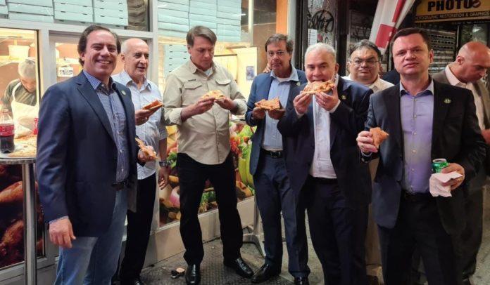 Sem poder entrar em restaurantes de Nova York por não tomar vacina, Bolsonaro come pizza na rua