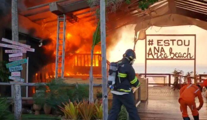 Cabana Área Beach pega fogo em Porto Seguro